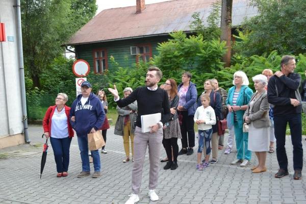 Bardzo duże zainteresowanie spacerem historycznym Michała Wójcika. Uczestnicy poznali dzieje ulic Kolejowej i Fabrycznej