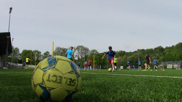 Trening pod specjalnym nadzorem. Piłkarze wracają na murawę