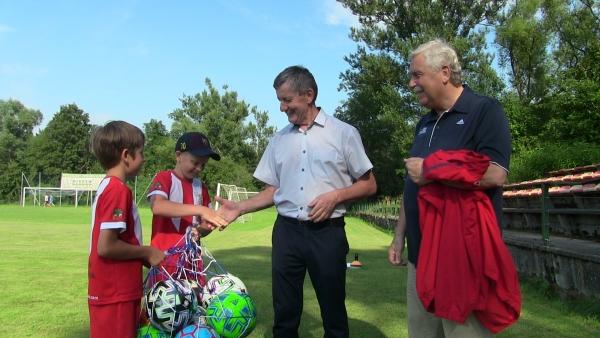 Jerzy Engel, były selekcjoner piłkarskiej reprezentacji Polski spotkał się młodymi piłkarzami z regionu