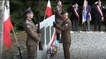 """Paweł Sułkowski: """"To wyjątkowe miejsce zasługiwało na upamiętnienie"""". Na zrzutowisku """"Wilga"""" odsłonięto obelisk"""